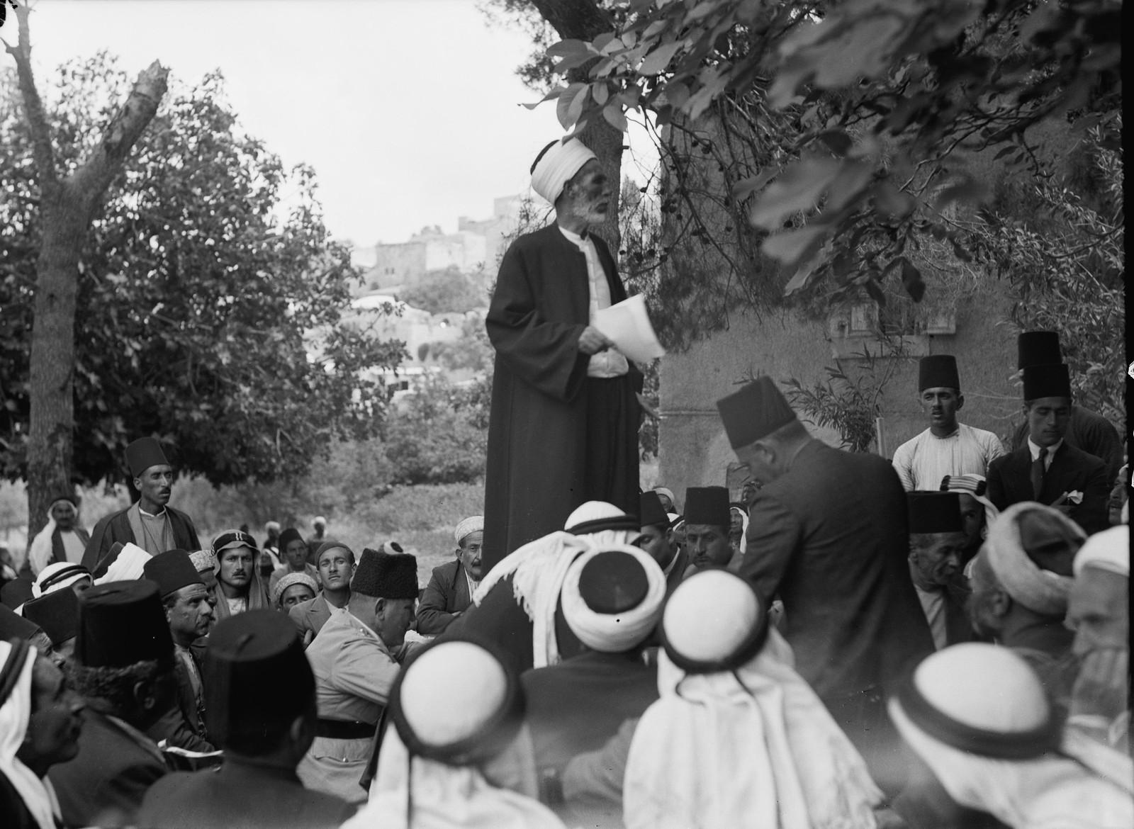 Мусульманский шейх выступает на большой арабской сходке в Абу-Гош