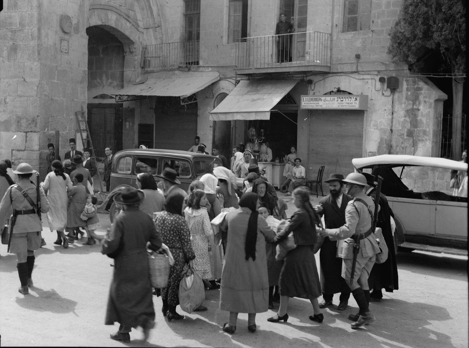 Иерусалим. Британская полиция выводит еврейские семьи из Старого города