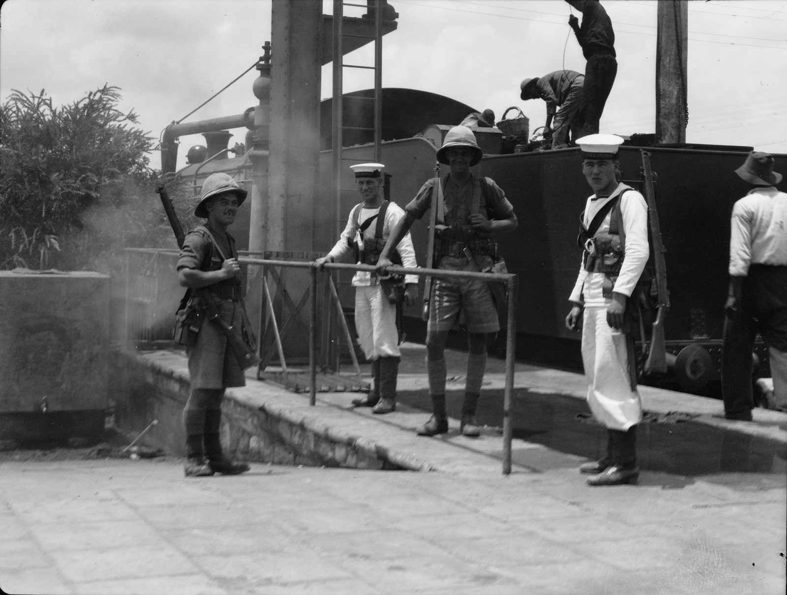 Британские морские пехотинцы выполняют свои обязанности на палестинских железных дорогах