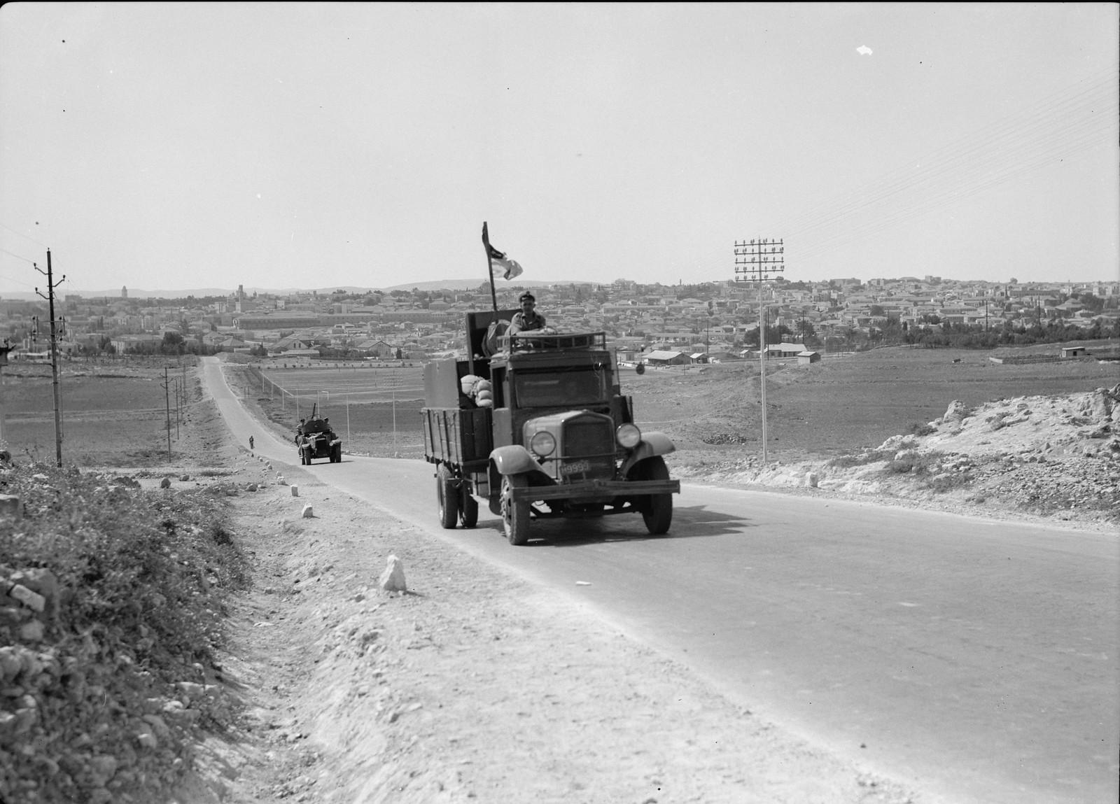 Арьергардные машины конвоя, выезжающего из Иерусалима на север страны 18 октября