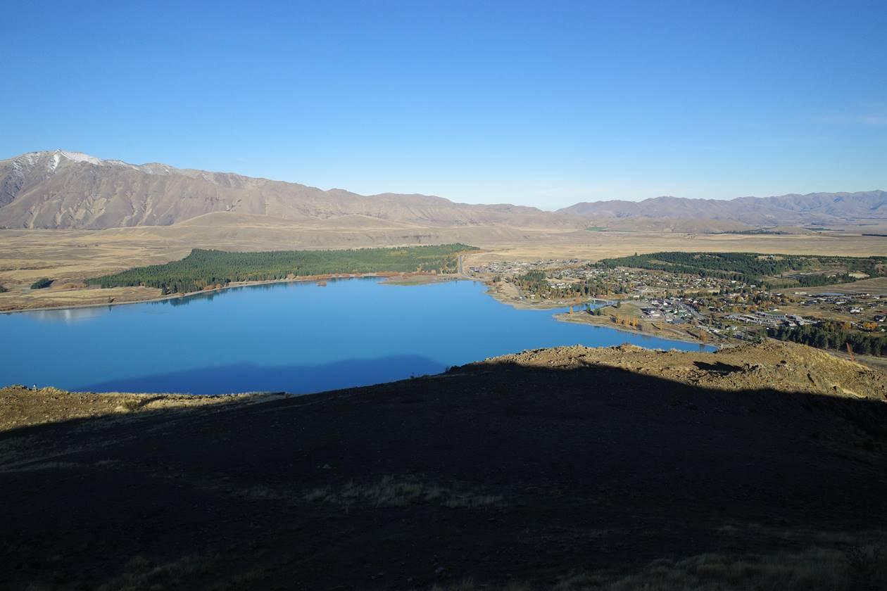 マウントジョン山頂からのテカポ湖と街の展望