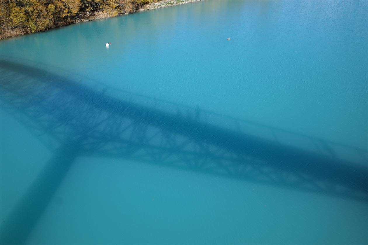レイクテカポ 橋の影