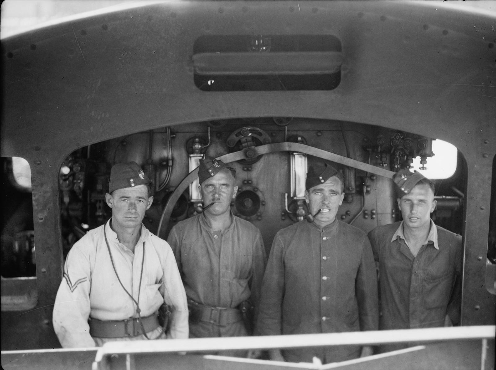 Королевские инженеры на палестинском локомотиве