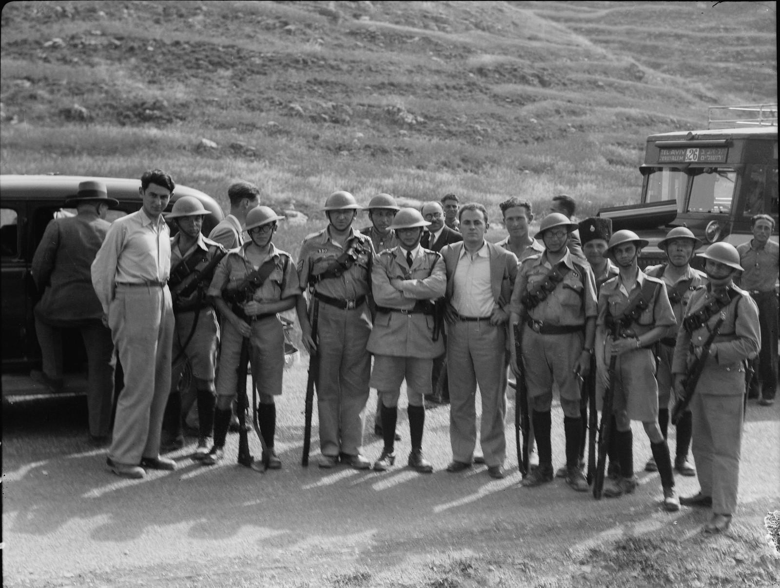 Группа добровольной полиции с конвоем на дороге Яффо-Иерусалим