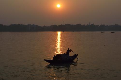silhouetteagainstsun silhouette ganges sunset sunsetframes boat boating rowboat sunsetlight boatman riversunset riverbank water poetry kolkata