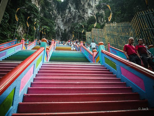 p1000395 panasonic dmcgx8 colors couleurs raw mode dng lightroom rangefinder télémétrique capture nx2 lr wide angle kl kuala lampur matin morning matinal pov view batu caves tourisme travel travelogue adoration entrée grotte géante touristes escaliers colorés stairs malaysia malaisie