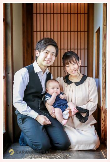 100日祝いの家族写真 3か月の男の子赤ちゃん 古民家の縁側