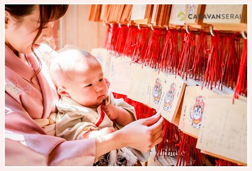 初宮参り 絵馬を眺める3か月の男の子赤ちゃん