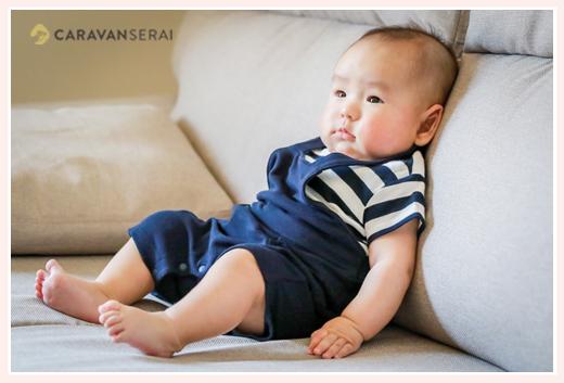自宅でくつろぐ3か月の男の子赤ちゃん