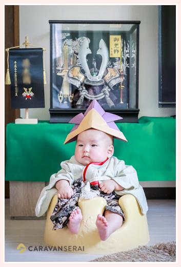 初節句 男の子赤ちゃん 兜の前で記念写真
