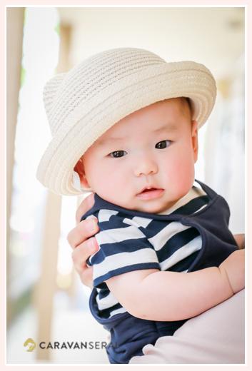 3か月の男の子赤ちゃん ボーダーの服と白い帽子でコーデ