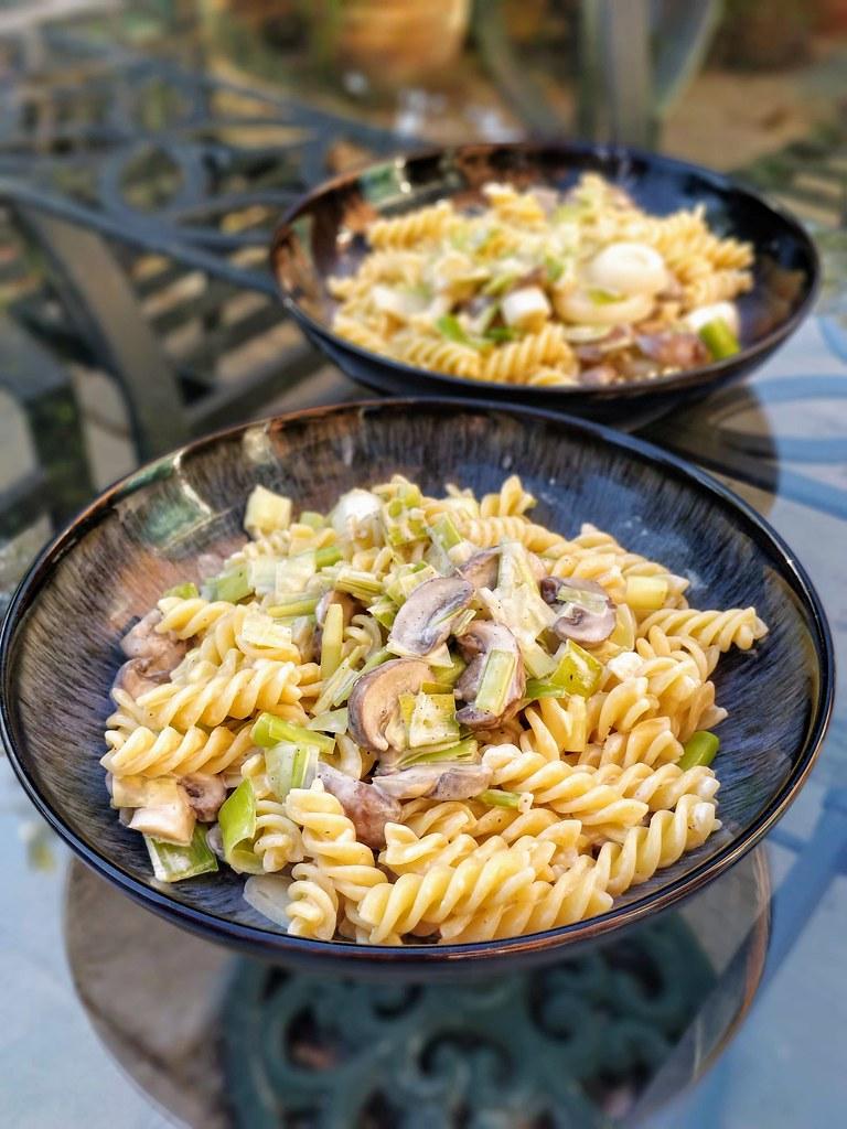 Leek alfredo pasta in bowls