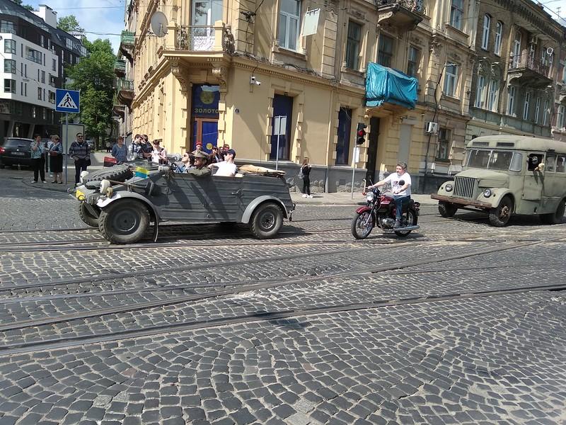 """В выходные во Львове прошли традиционные автогонки на ретроавтомобилях. В этом году, как мне показалось, количество действительно старых машин было меньше, чем несколько лет назад. Впрочем, уверенности у меня нет, так как последние годы попасть в место парковки машин можно только за деньги, а это не мой метод, я фотографирую лишь то, что вижу на улице. Гвоздём сезона стал немецкая тарантайка, на которую владелец гордо наклеил знак дивизии СС """"Галичина"""". В закрытой зоне были также и советские броневики начала войны, но на улице я их не видел. Был традиционный заезд горбатых запорожцев, которые выглядят лучше, чем когда сходили с конвейера, а также заезды 21-й и 24-й Волг и  Мерседесов - 60-70 годов. Жегловский """"Фердинанд"""" напомнил мне автобус нашего управления, он ещё в начале 2000-х успешно возил личный состав на стрельбы."""