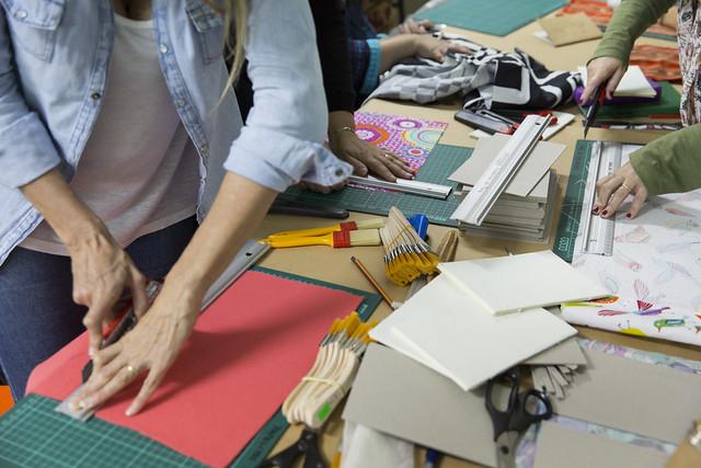 Taller de cración de editoriales artesanales dicatod por Iván Moiseeff - Feria del libro de Puerto Madryn