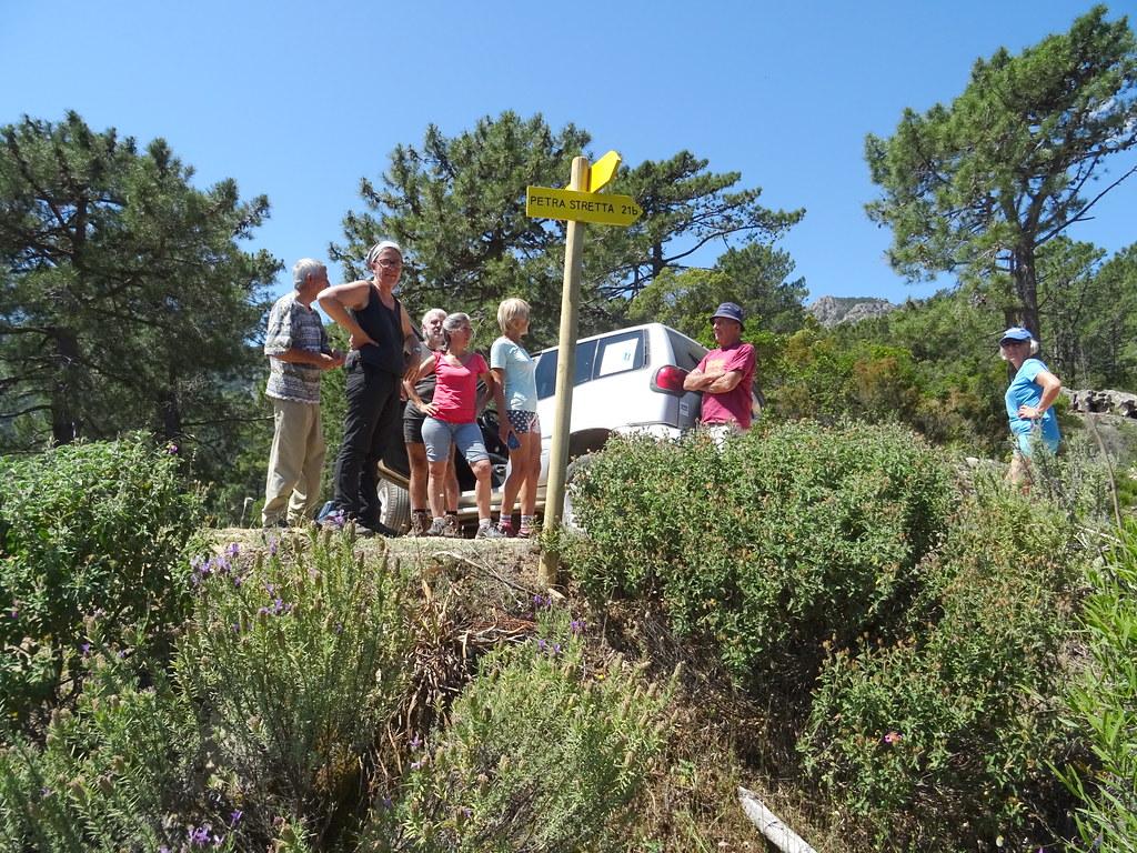 Les panneaux à l'arrivée sur la piste de Luviu et le groupe des bénévoles