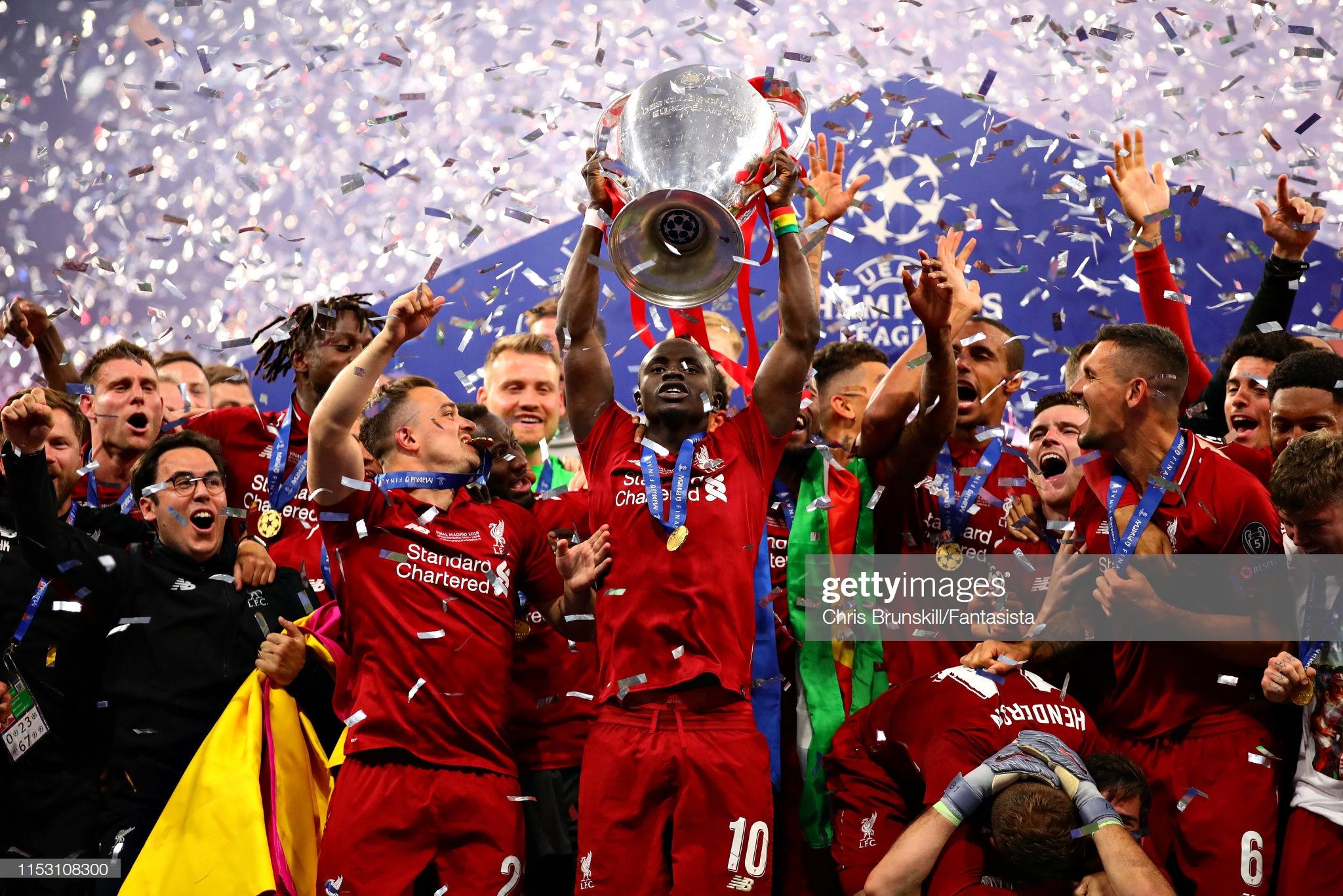Sadio Mané et le Trophée de la Ligue des Champions avec son Club Liverpool (14)