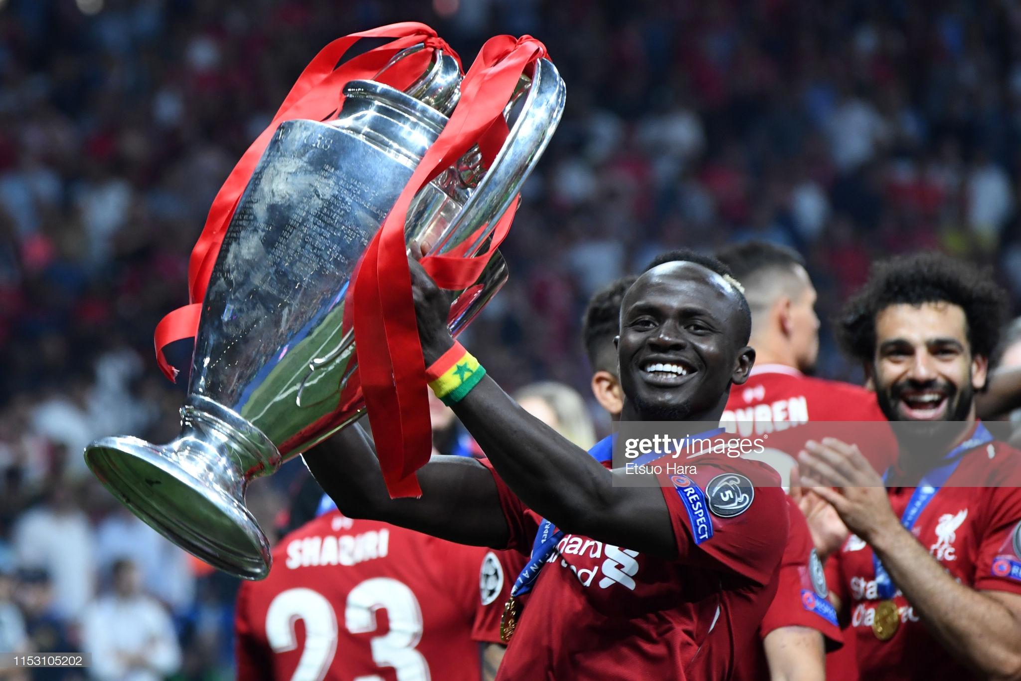 Sadio Mané et le Trophée de la Ligue des Champions avec son Club Liverpool (12)