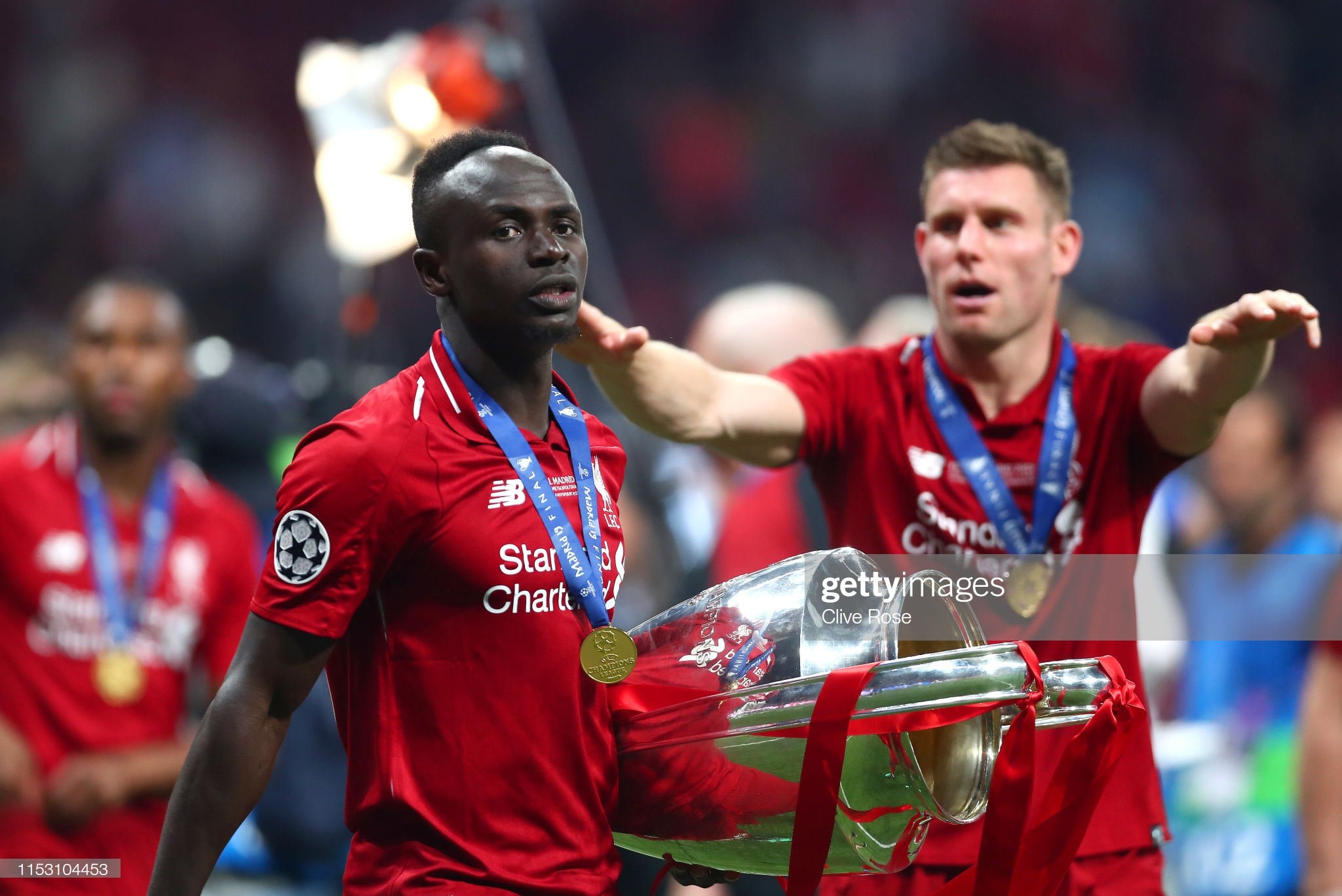 Sadio Mané et le Trophée de la Ligue des Champions avec son Club Liverpool (11)