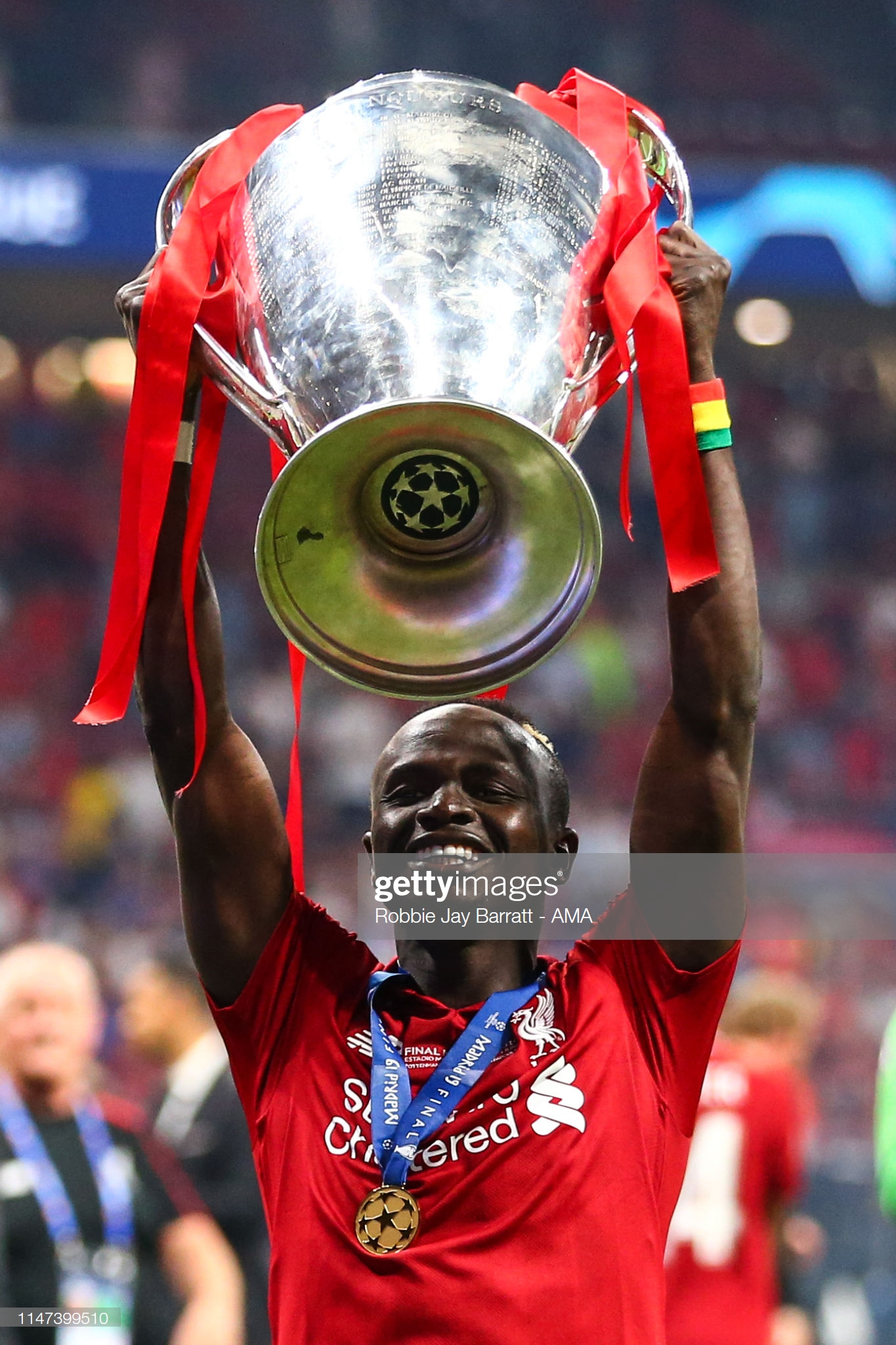 Sadio Mané et le Trophée de la Ligue des Champions avec son Club Liverpool (5)