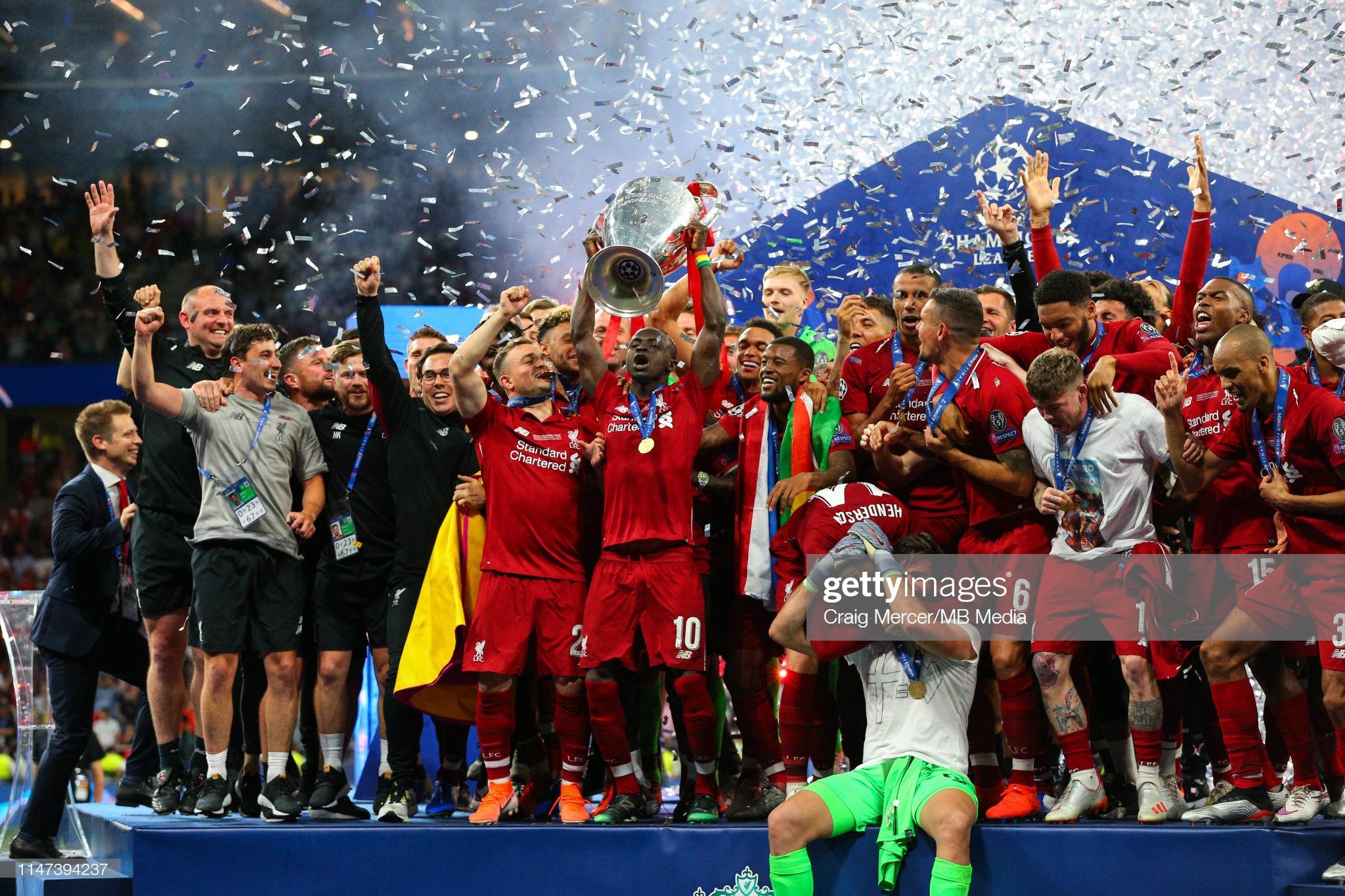 Sadio Mané et le Trophée de la Ligue des Champions avec son Club Liverpool (2)