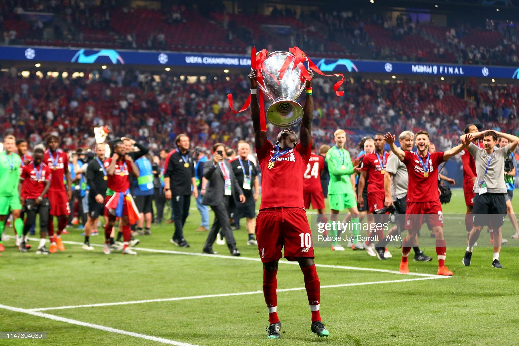 Sadio Mané et le Trophée de la Ligue des Champions avec son Club Liverpool (1)
