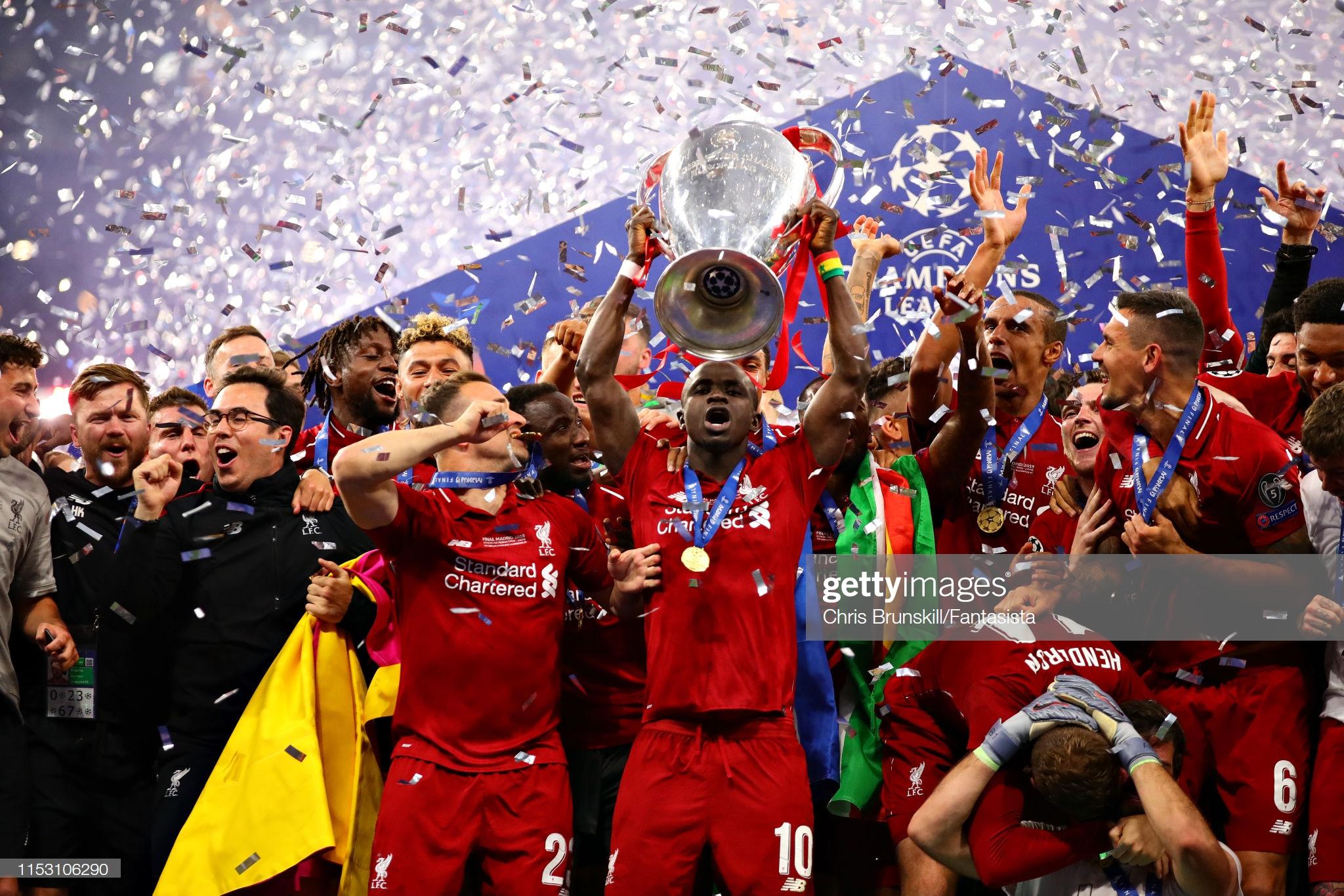Sadio Mané et le Trophée de la Ligue des Champions avec son Club Liverpool (13)