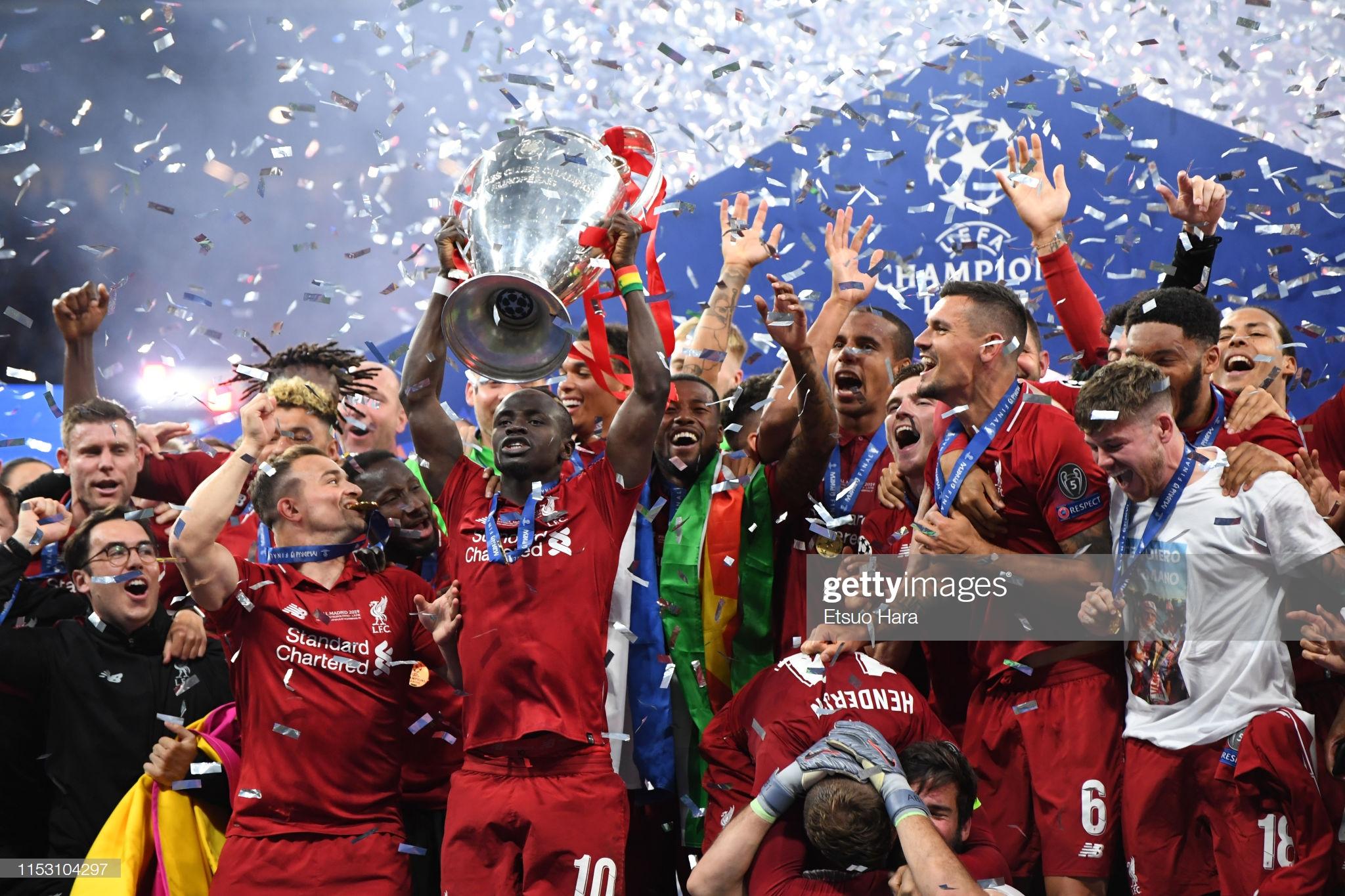 Sadio Mané et le Trophée de la Ligue des Champions avec son Club Liverpool (10)