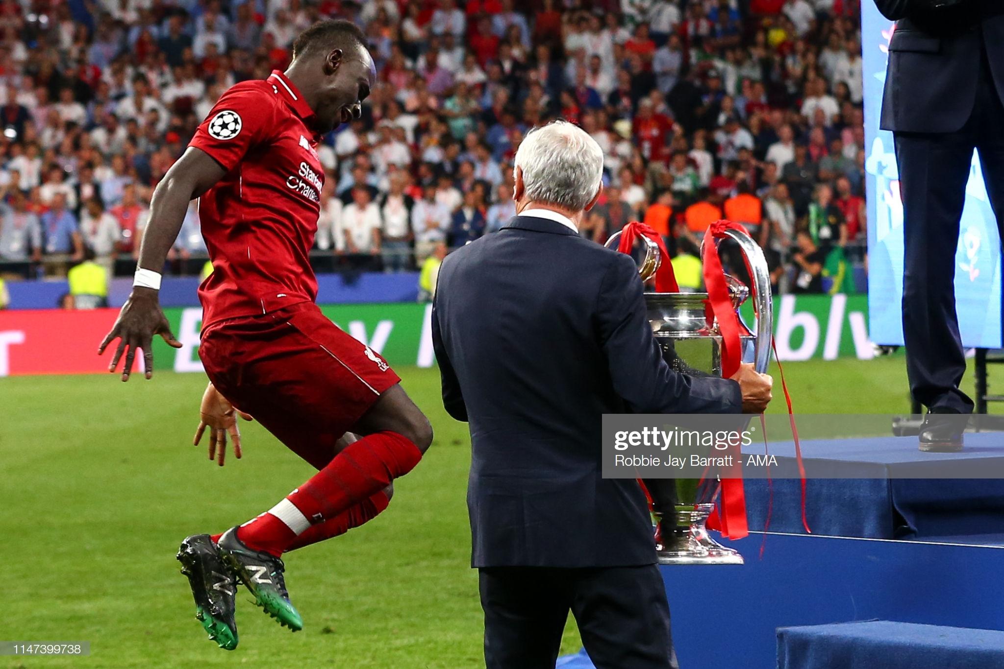 Sadio Mané et le Trophée de la Ligue des Champions avec son Club Liverpool (6)
