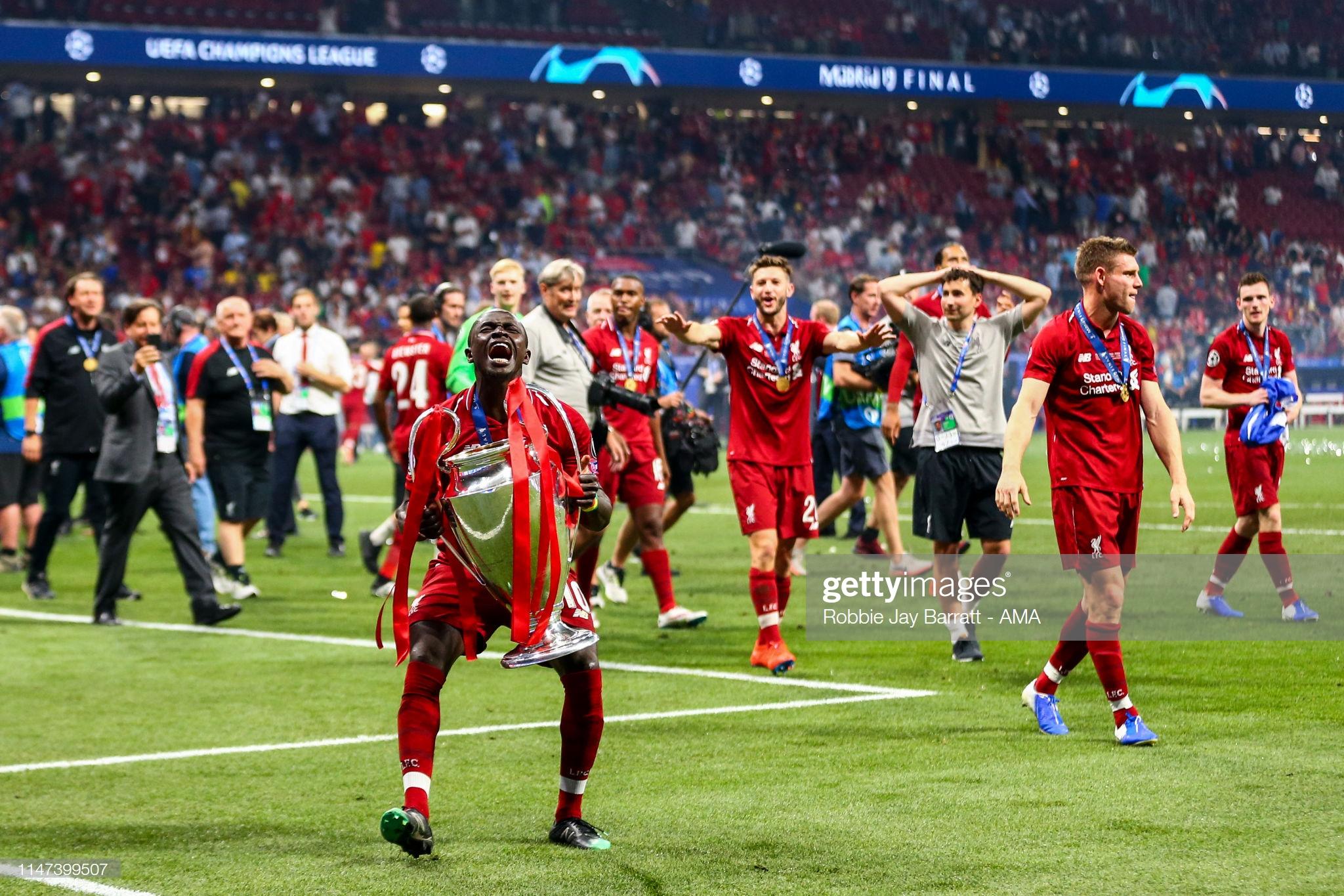 Sadio Mané et le Trophée de la Ligue des Champions avec son Club Liverpool (4)