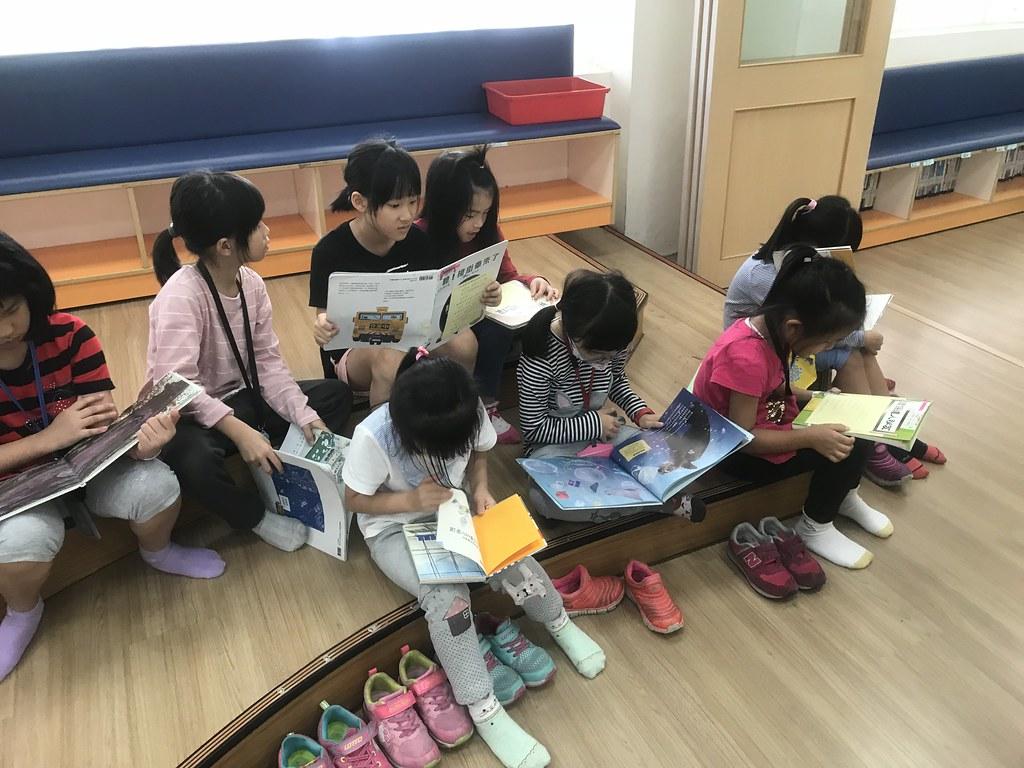 為了回答遊戲中的問題,學生相當認真閱讀書本內容。士東國小提供。