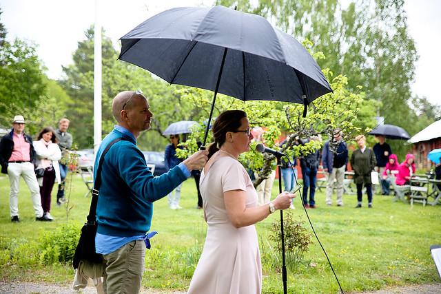Det började regna när Söderköpings kommunchef Anna Thörn höll invigningstalet. Hennes man Johan Thörn skyndade till med paraplyskydd.