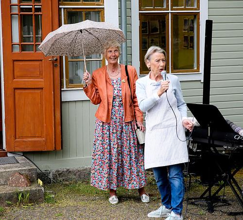 Det var Barbro Mellqvist som fick idén till utställningen sedan hon sett Britt Danielssons bilder. Här hälsar Barbro besökarna välkomna till fotoutställningen.