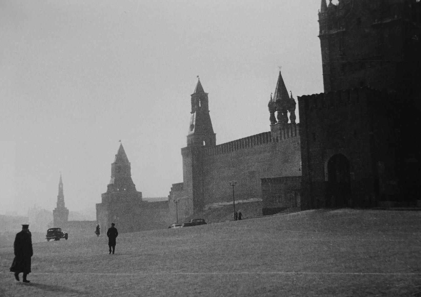 1939. Вид на Красную площадь и стену Кремля в Москве
