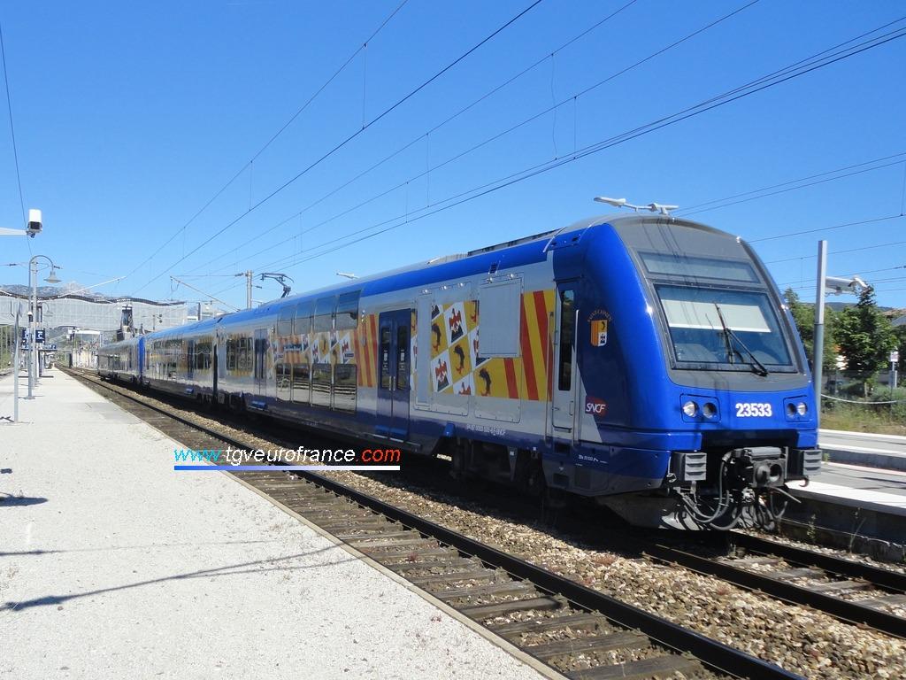 Deux automotrices TER 2N Z23500 Alstom en UM marquant l'arrêt en gare d'Aubagne-en-Provence