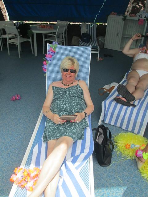 Relaxing at the pool Hawaïan  party