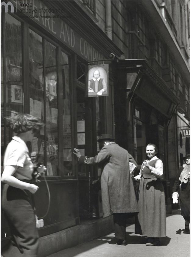 1938. Джеймс Джойс и Адриен Моннье перед книжным магазином Сильвии Бич «Шекспир и компания» на улице Одеон