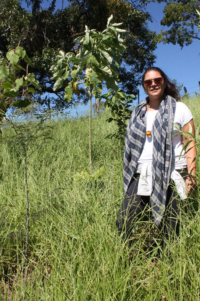 Jornalista Paulina Chamorro posa ao lado de muda em desenvolvimento