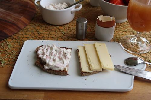 Fleischsalat und Alpenstolz auf Holzofenbrot