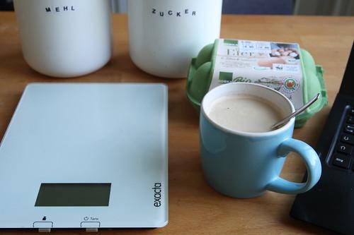 Kaffee beim frühmorgendlichen Backen eines Tortenbodens