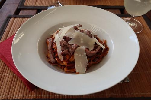 Bandnudeln mit Tomatensoße, Rindfleischstreifen und Parmesan (mein Teller)