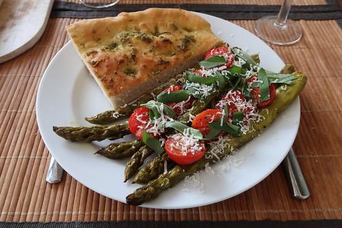 Ofenspargel auf italienische Art mit Focaccia (mein 1. Teller)
