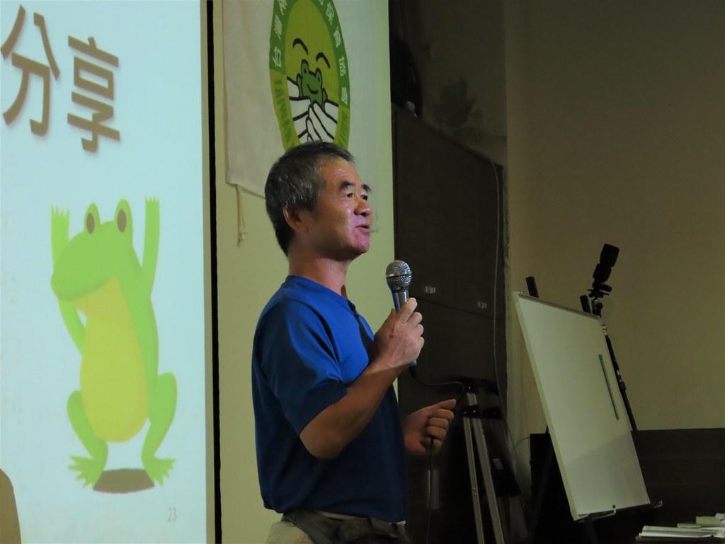 陳玉松現身說法,為了拍攝中國樹蟾,意外發現台灣特有新種諸羅樹蛙。攝影:廖靜蕙