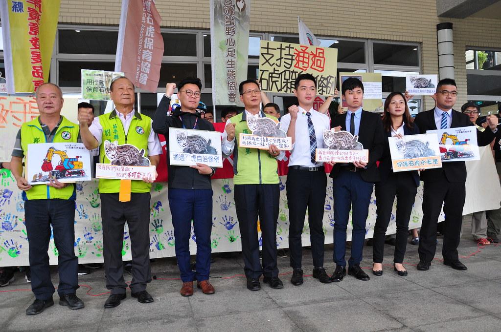 多位苗栗縣議員,出席會前記者會對《石虎保育自治條例》表達支持。孫文臨攝