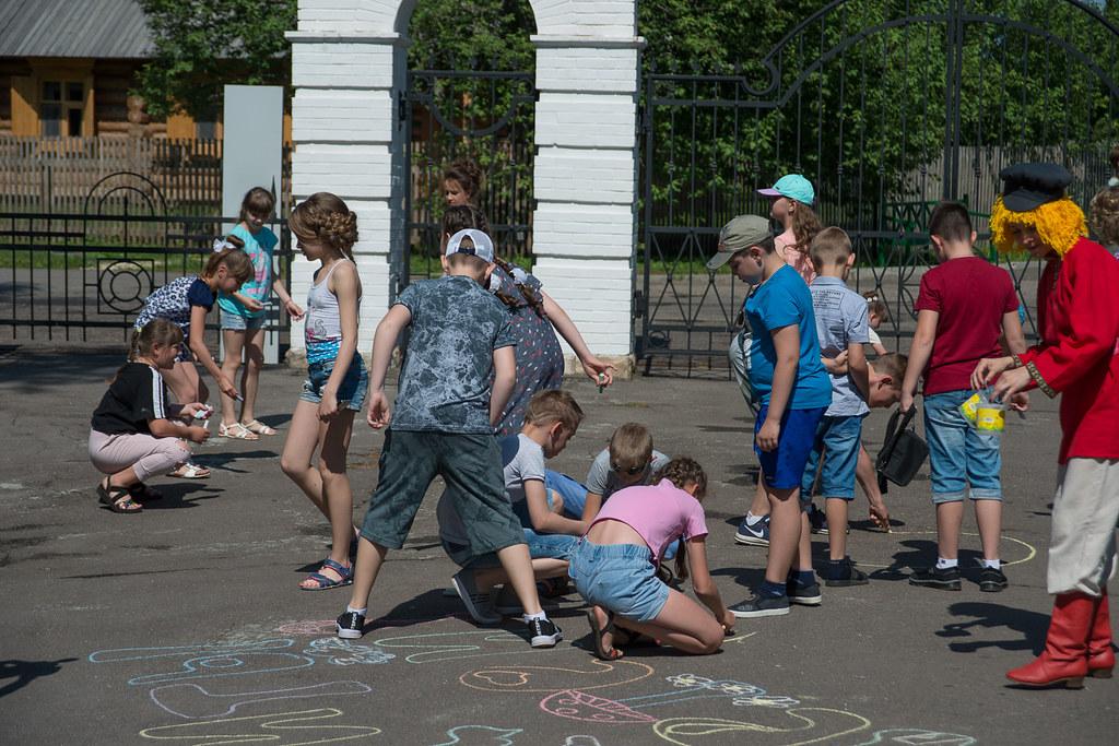 День защиты детей в «Тарханах». Дети вдохновленно пишут яркими мелками свои эмоции