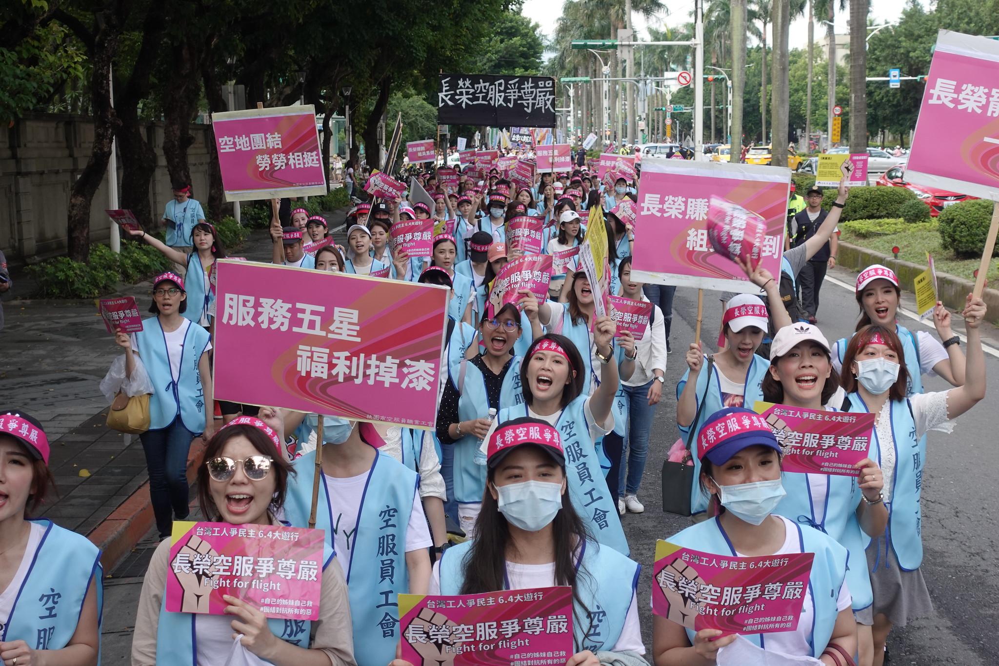 工會估計超過八百人參加遊行。(攝影:張智琦)