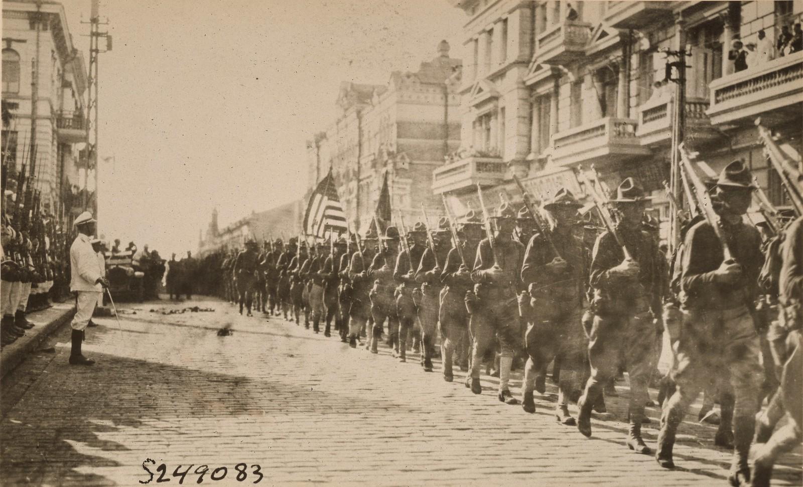 1918. Американские войска во время парада перед зданием штаба Чехословацкого легиона. 11.08.