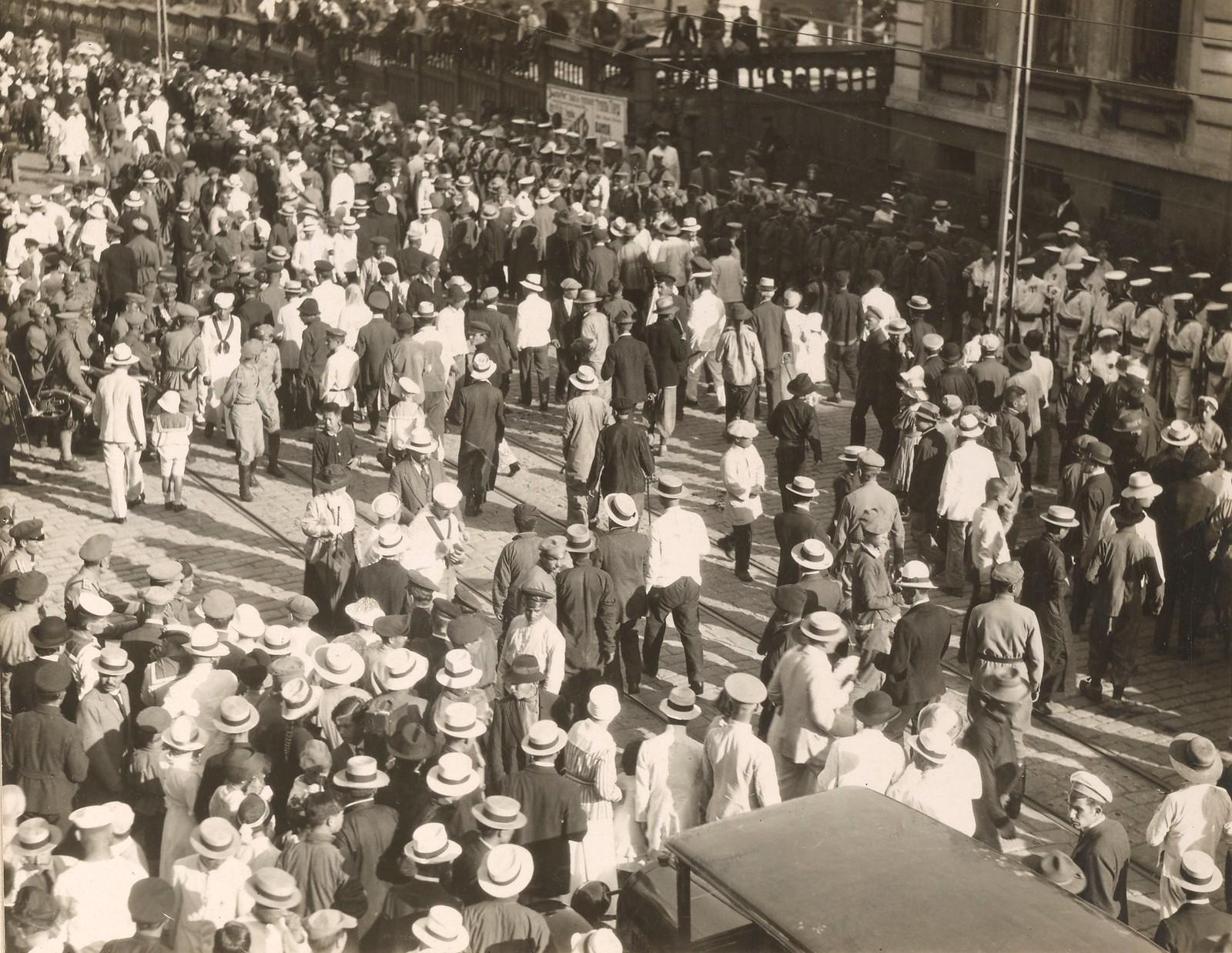 1918. Толпы людей смотрят на парад прибывших американских частей. 11.08.