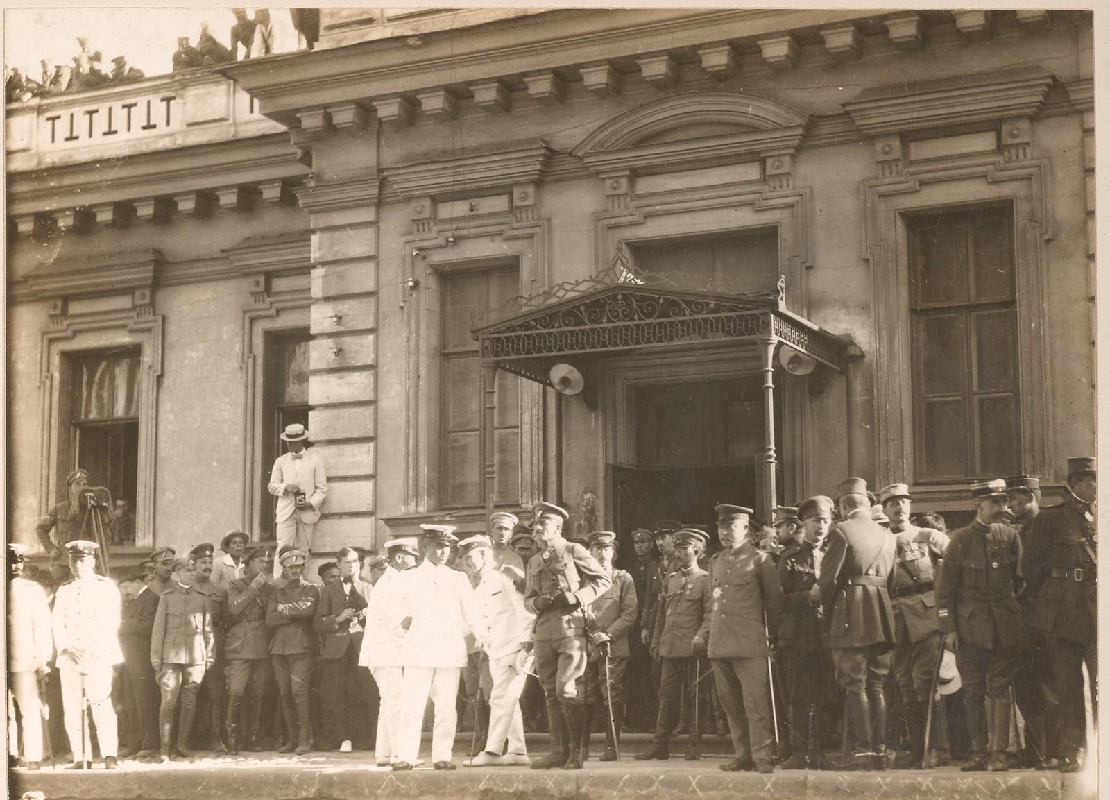 1918. Высадка японских войск. Офицеры ждут начала парада. 12.08.