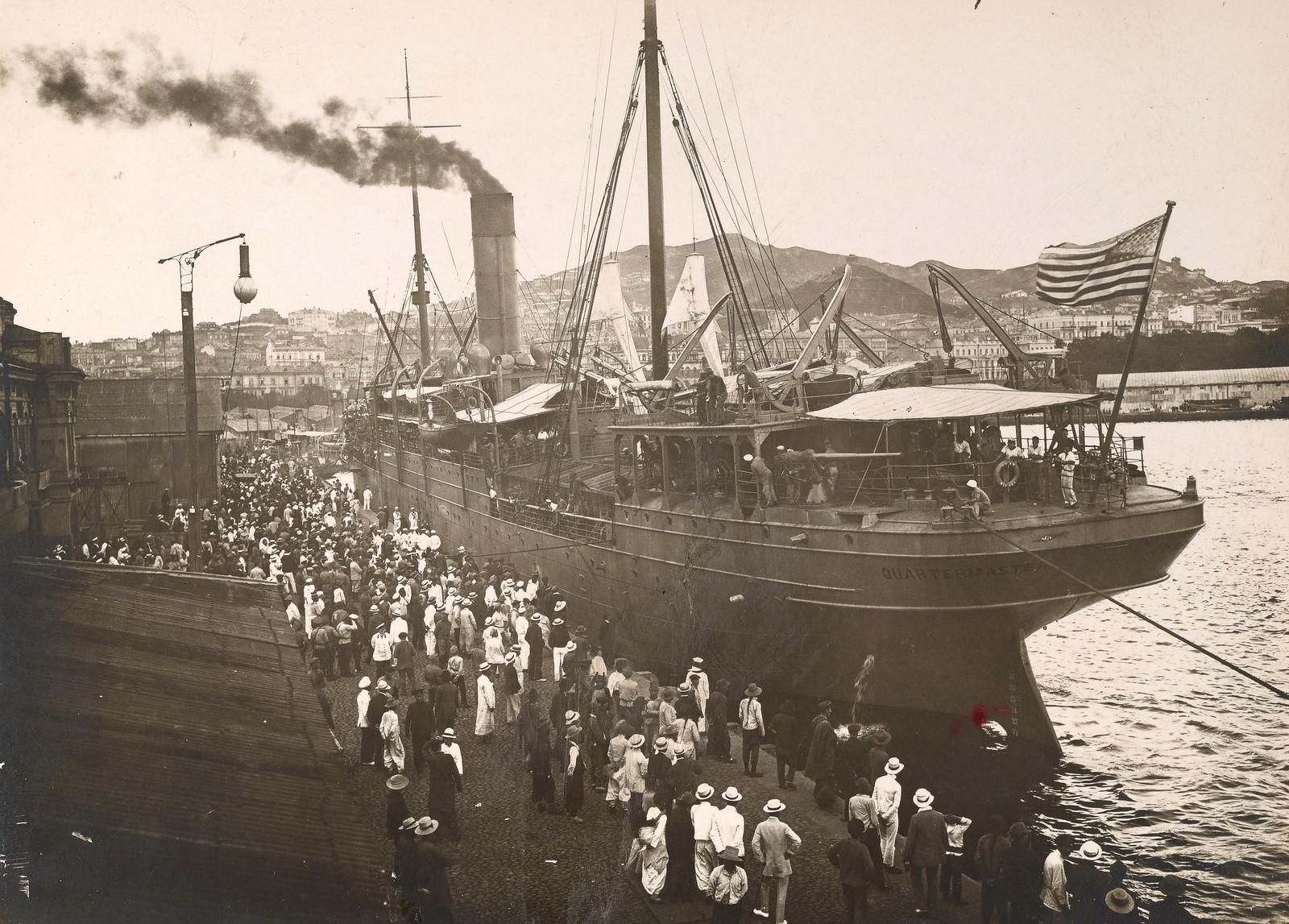 1918. Жители Владивостока встречают корабль с американскими войсками на борту