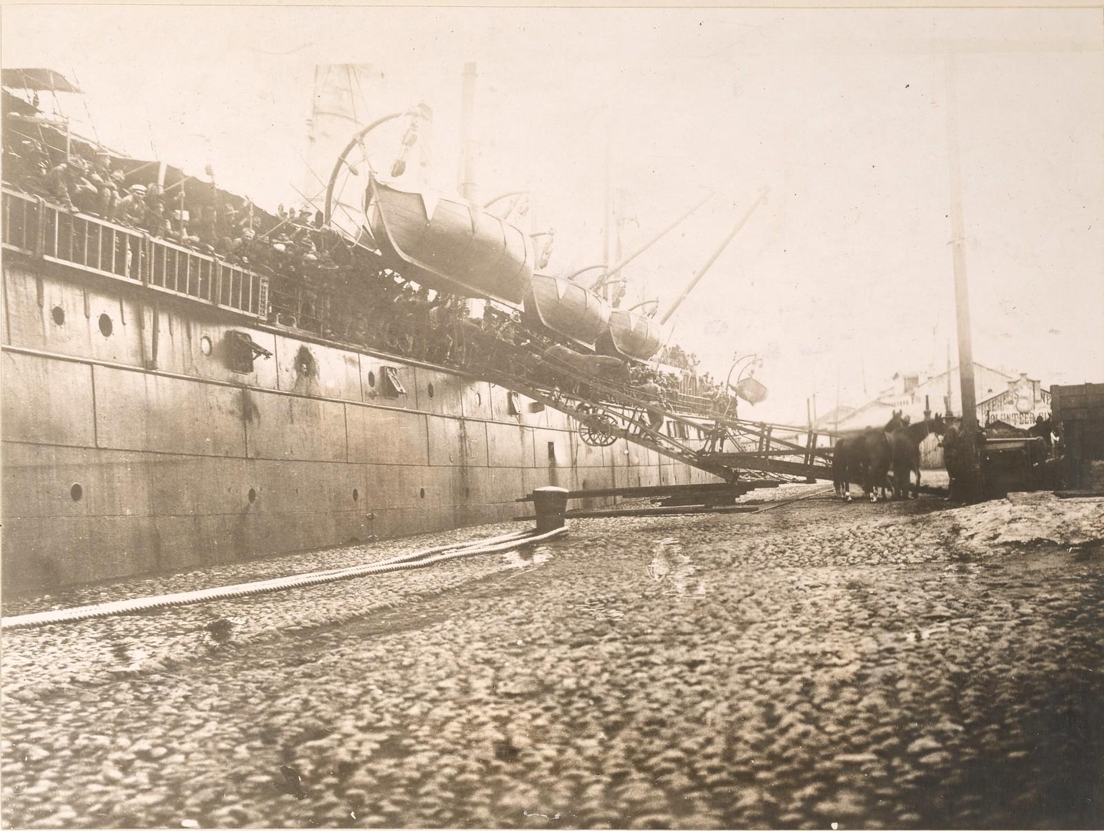 1918. Разгрузка лошадей с транспортного корабля U.S.A.T. «Crook», прибывшего во Владивосток 11 августа.